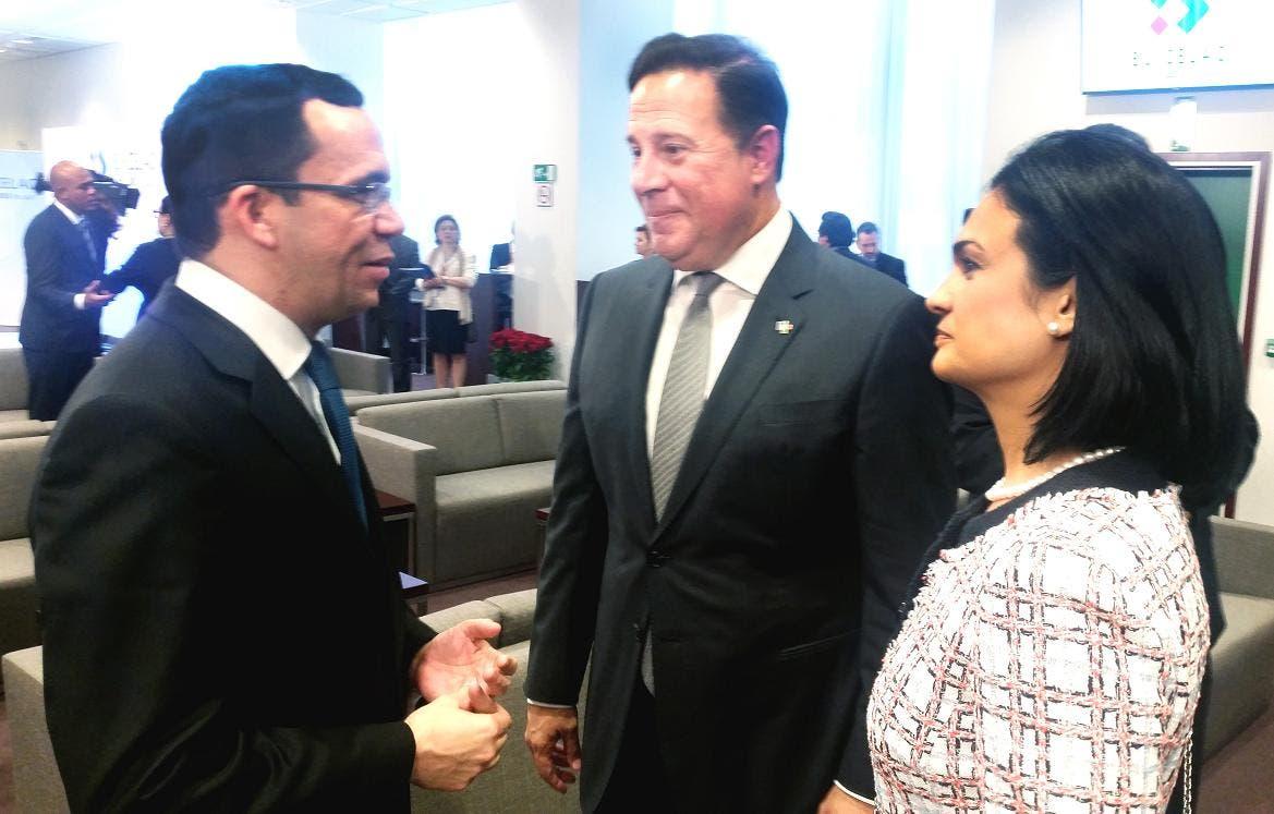El Pte. y Vice. Pta de Panamá, Juan Carlos Varela e Isabel Saint Malo de Alvarado, junto a Navarro