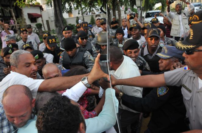 Agentes policiales y manifestantes mientras repelían la agresión