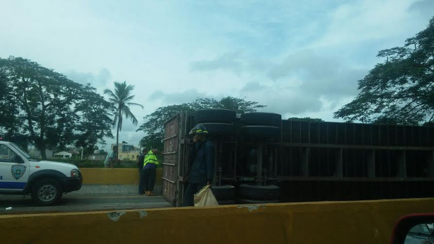 Patana accidentada en autopista Las Americas provoca gran taponamiento
