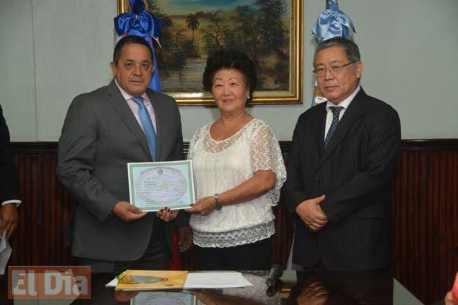 portada_instituto_agrario_dominicano_entrega_titulos_a_familias_japonesas