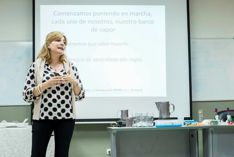 María José Gómez Díaz, coordinadora del programa Ciencia  en la Escuela mientras imparte uno de los talleres en el Instituto.
