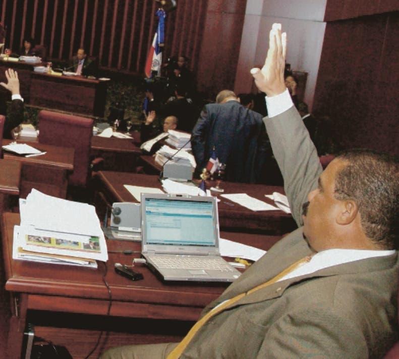 EL PAÍS.-  El Senado empezó ayer a debatir aspectos del proyecto de reforma a la Constitución y las ternas para integrar la Cámara de Cuentas, durante una sesión en la que un senador perredeísta planteó que en la escogencia de los nueve miembros del organismo fiscalizador de los recursos del Estado se reconozca el 41 por ciento que obtuvo  el Partido Revolucionario Dominicano (PRD) en las elecciones pasadas. ALCIDES CAMPOS