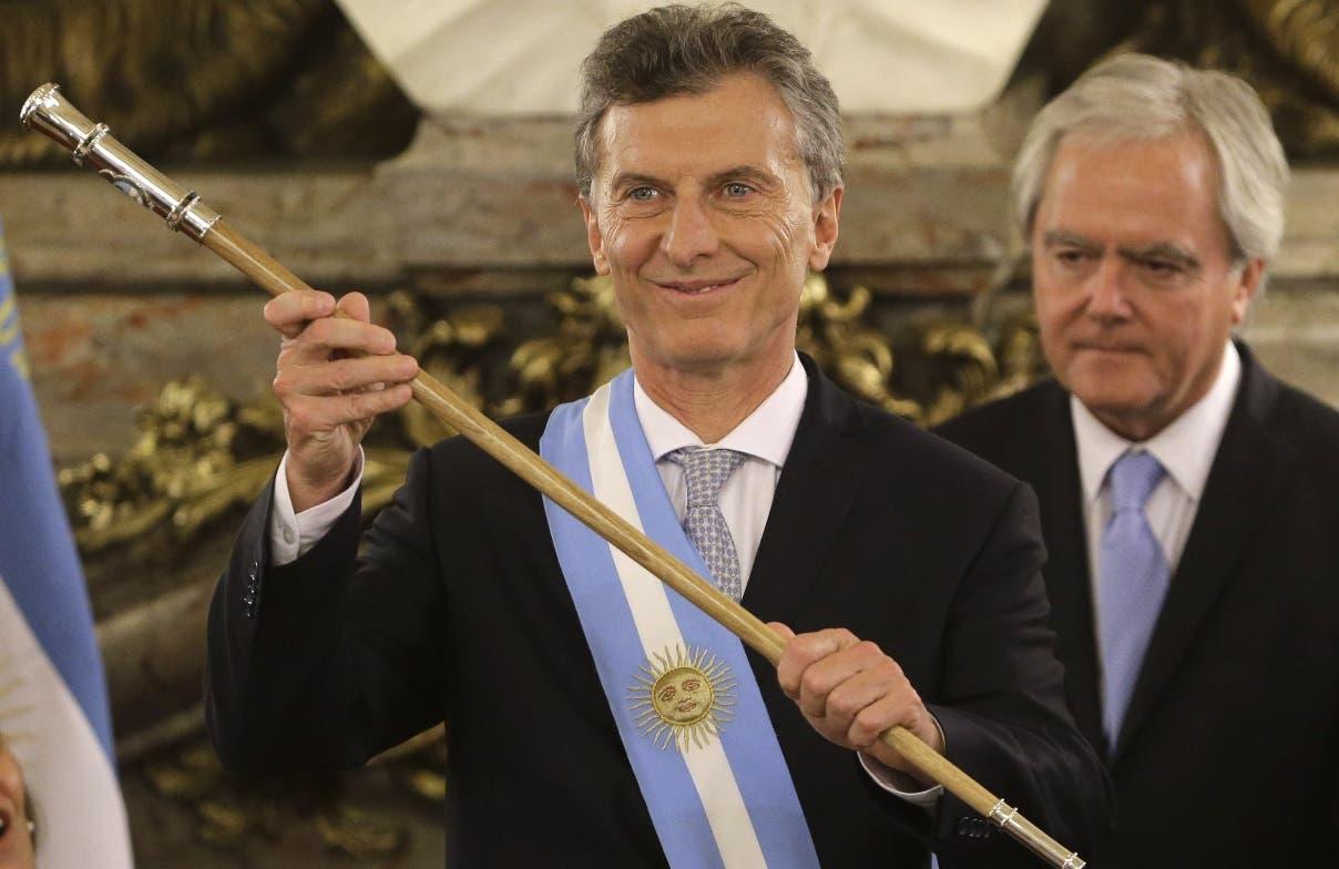 El presidente de Argentina Mauricio Macri saluda tras recibir la banda presidencial y el bastón de mando en la casa de gobierno en Buenos Aires, el jueves 10 de diciembre de 2015. (AP Foto/Victor R. Caivano)