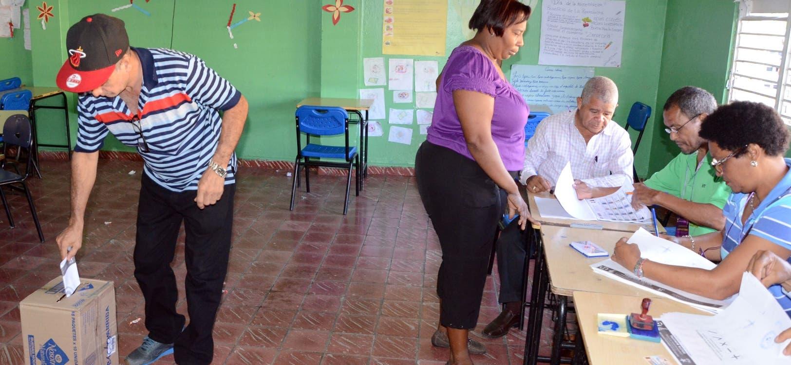 Proceso de votacion en la primaria del PLD,escena en la escuela República Dominicana/foto José de León