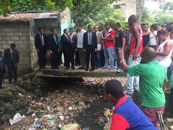 Danilo Medina promete sanear cañada tras realizar visita sorpresa en Las Cañitas