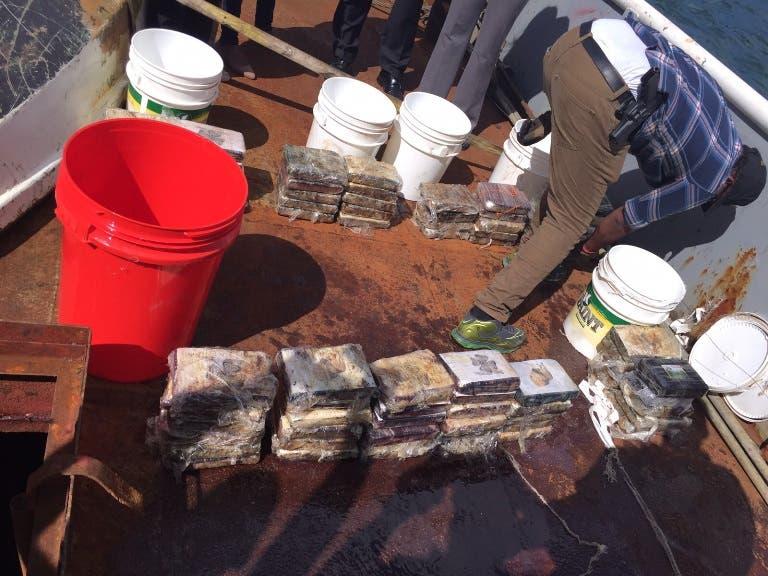 DNCD decomisa 79 paquetes de droga en un barco en Samaná