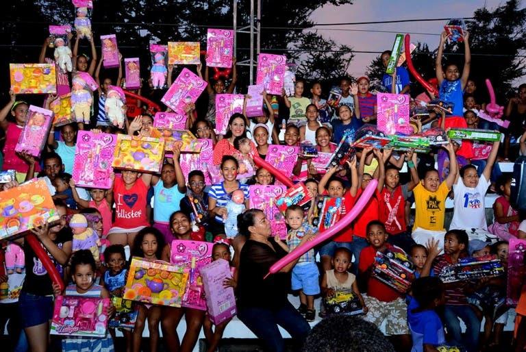 Candidata a diputada entrega juguetes a niños del sector 30 de Mayo