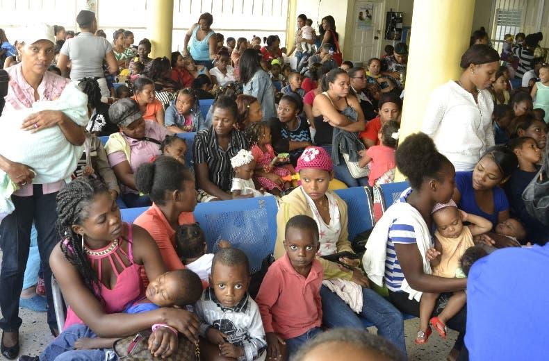 Robert Raead Cabral recibe a padrees con sus niños con sintomas del dengue. Foto: Elieser Tapia