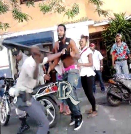Causa indignación imágenes de Policía que le dio golpiza a joven en Sosúa
