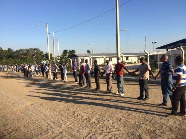 Instalan cadena humana frente a planta a carbón en Punta Catalina