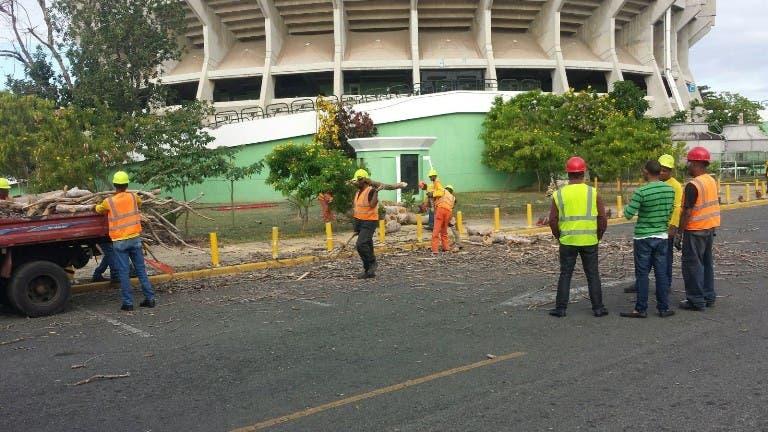 Ayuntamiento del DN realiza operativo de aseo y ornato en el estadio Quisqueya