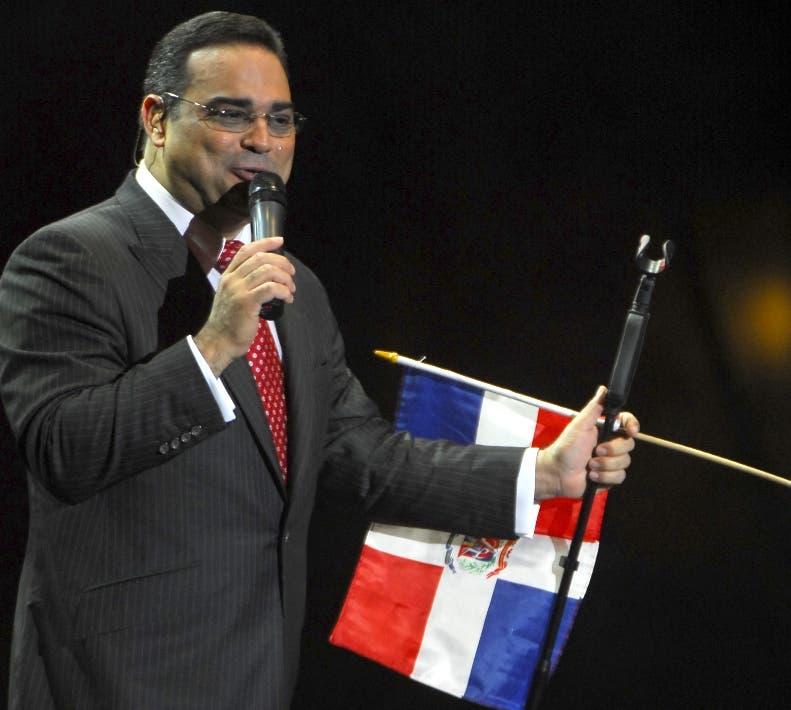 El caballero de la salsa, Gilberto Santa Rosa, durante su participación en un concierto en el  Palacio de Los Deportes, República Dominicana.