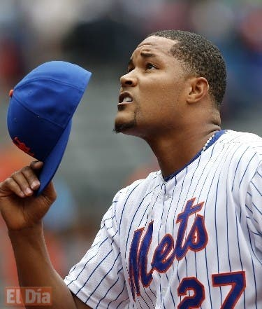 New York Mets relief pitcher Jeurys Familia (27) tips his cap skyward reacting after closing out the Mets 5-0 shutout victory over the St. Louis Cardinals in a baseball game in New York, Thursday, May 21, 2015. (AP Photo/Kathy Willens)
