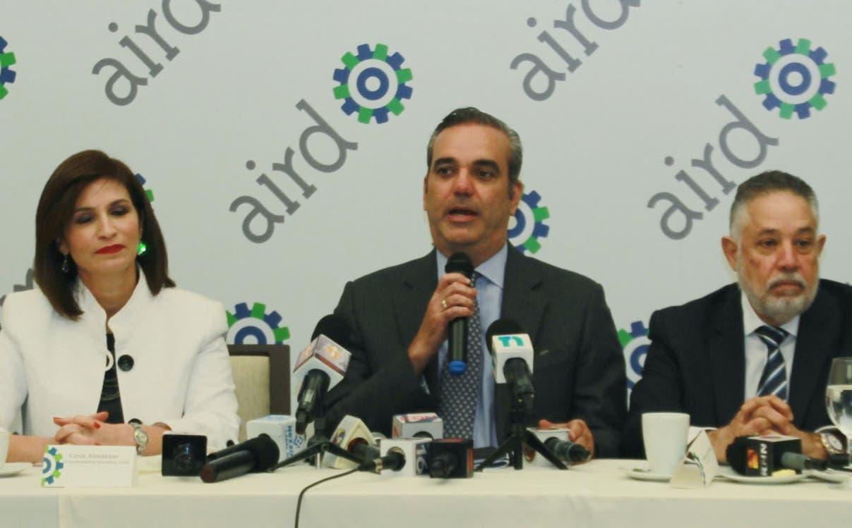 El candidato de partido revolucionario moderno(PRM), Luis Abinader se reunion con la directva de la Asociacion de industria de la Republica Dominicana. Foto: Elieser Tapia.