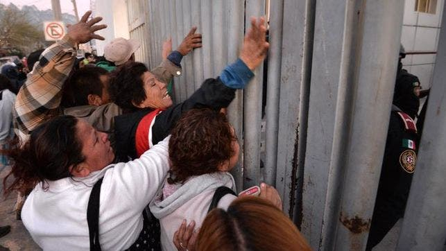 Familiares-presos-Monterrey-enfrentan-policias_EDIIMA20160211_0653_4