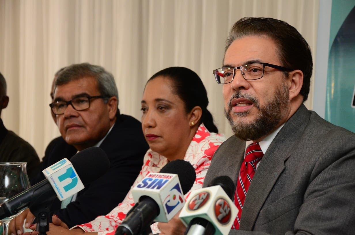 Guillermo Moreno, candidato de Alianza País. A su derecha, el doctor Senén Caba y la diputada Guadalupe Valdez.