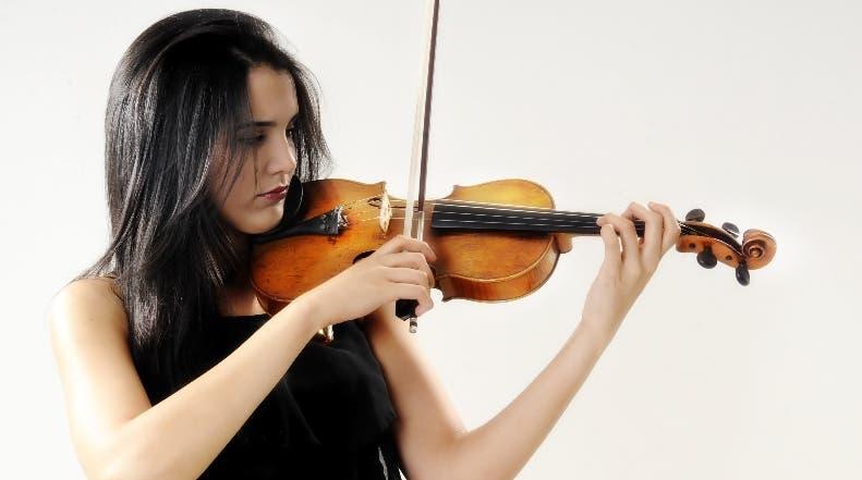 """La violinista dominicana Aisha Syed, habló con Efe en el comienzo de la gira mundial """"East to West"""", que la llevará a Estados Unidos, Suramérica, Asia, Europa e Israel. Foto: Arismendy Lora."""