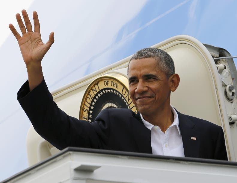 """President Barack Obama waves goodbye as he boards Air Force One on his way to Argentina, as he leaves Havana, Cuba, Tuesday, March 22, 2016. Capping his remarkable visit to Cuba, Obama declared an end to the """"last remnant of the Cold War in the Americas"""" and openly urged the Cuban people to pursue a more democratic future. (AP Photo/Pablo Martinez Monsivais)"""