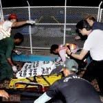 Rescatistas paquistaníes retiran cuerpos de los muertos del lugar de un atentado en un parque de Lahore, Pakistán.