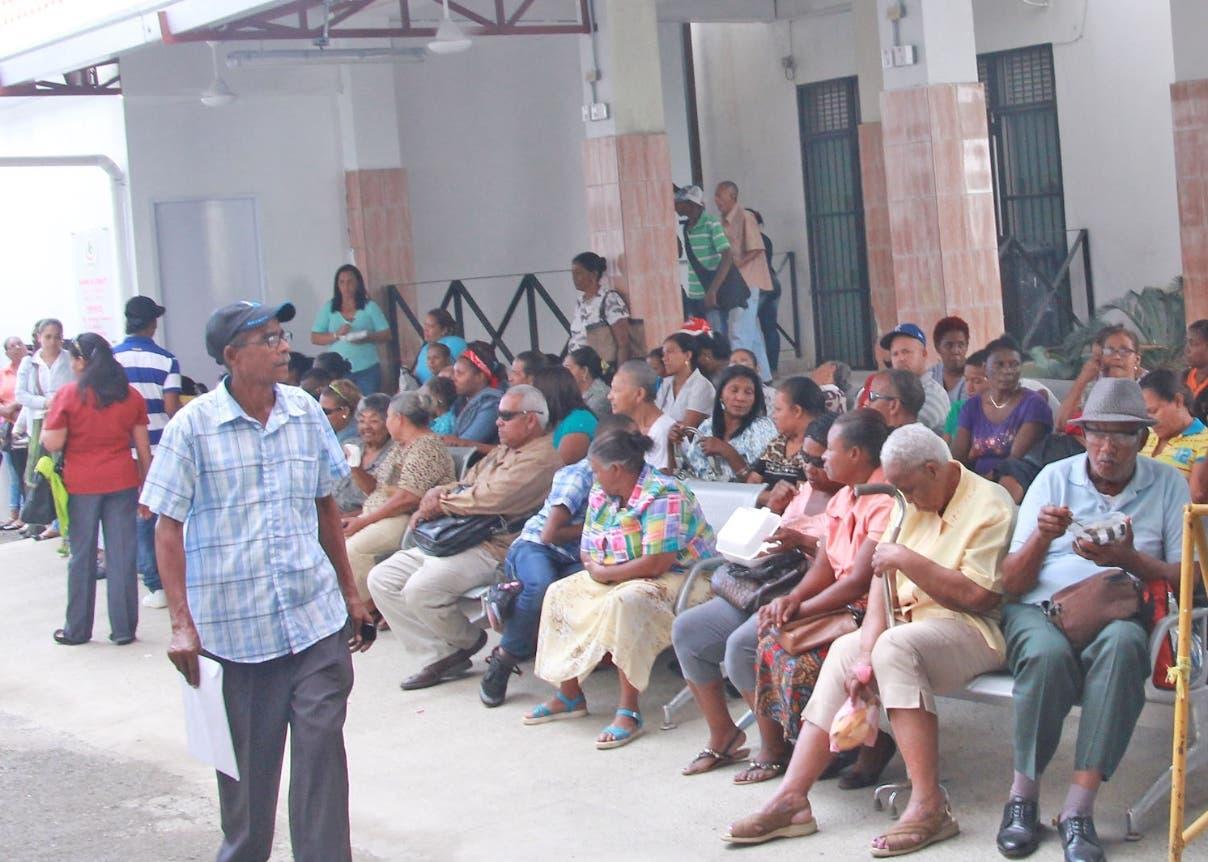Decenas de personas acuden a consultarse al centro Cardio-Neuro-Oftalmológico y Transplante(Cecanot). Foto: Elieser Tapia.