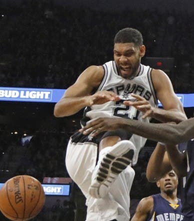 SAN ANTONIO,TX - APRIL 19: Jarell Martin #10 of the Memphis Grizzlies strips Tim Duncan #21 of the San Antonio Spurs of the ball during game two of the Western Conference Quarterfinals during the 2016 NBA Playoffs at AT&T Center on April 19, 2016 in San Antonio, Texas. NOTE TO USER: User expressly acknowledges and agrees that , by downloading and or using this photograph, User is consenting to the terms and conditions of the Getty Images License Agreement.   Ronald Cortes/Getty Images/AFP == FOR NEWSPAPERS, INTERNET, TELCOS & TELEVISION USE ONLY ==