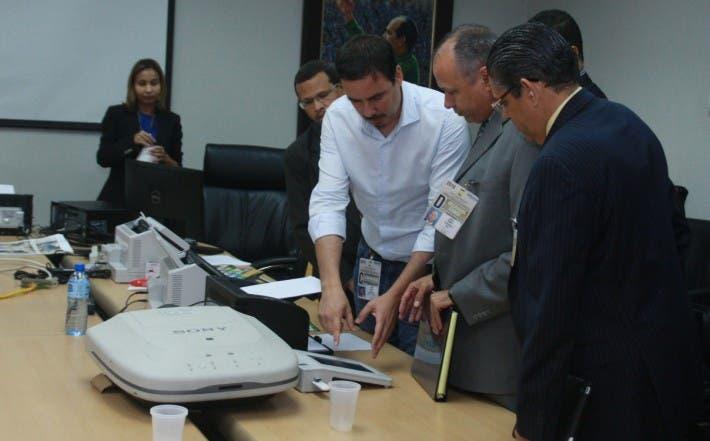 Entrega de CD con los nombres de los técnicos que trabajaran en la Junta Central electoral y delegado de cada partido , en foto : los delegado. HOY Duany Nuñez 28-4-2016