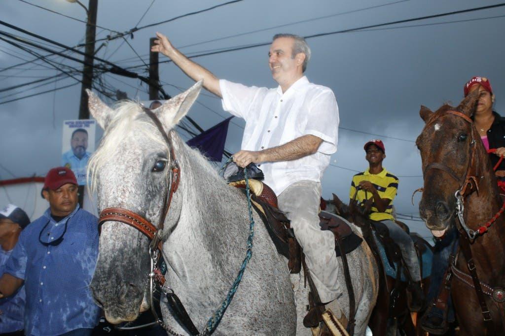 El econoLuis Abinader durante el recorrido por Hato Mayor.