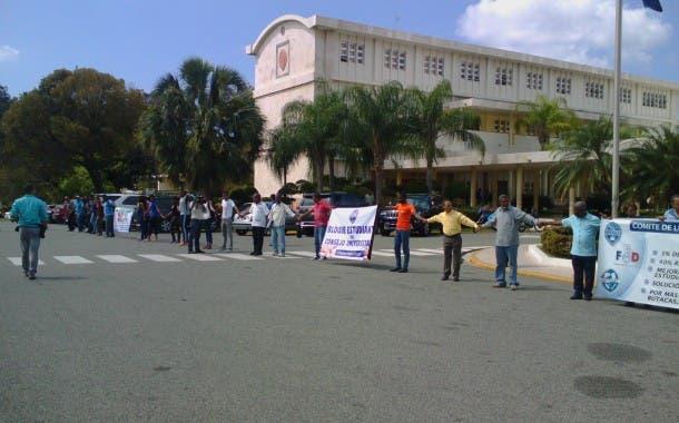 Profesores y estudiantes de la UASD realizan cadena humana en demanda presupuesto