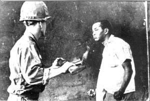 Esta foto de Juan Pérez Terrero dio la vuelta al mundo como testimonio gráfico del rechazo de los dominicanos a la invasión militar norteamericana en 1965. Foto: Juan Pérez Terrero.