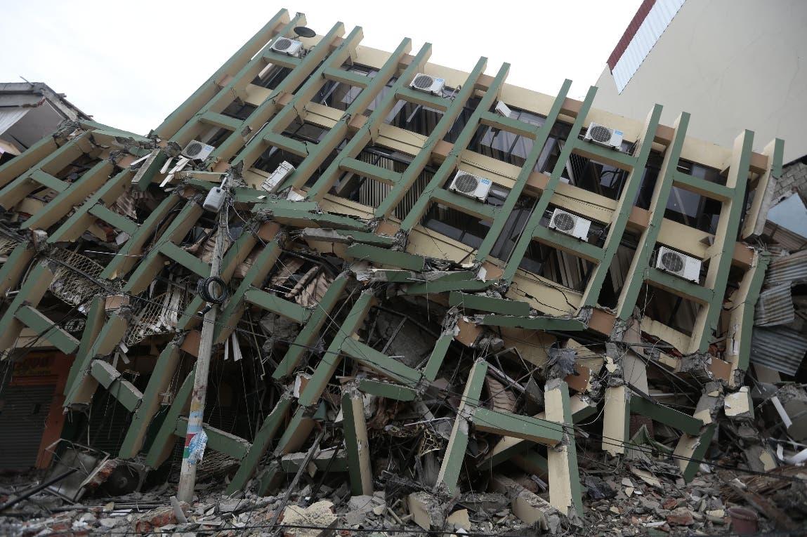 Correa llama a buscar responsables de construcciones defectuosas colapsadas en sismo