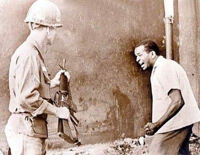 Dominicano enfrentando al soldado invasor durante la intervención norteamericana en abril de 1965.