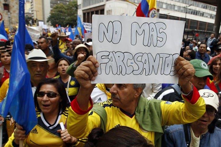 Miles de colombianos marchan en Bogotá en protesta contra Santos