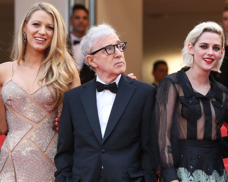 "US director Woody Allen (C) poses on May 11, 2016 with (fromL) US actor Corey Stoll, US actress Blake Lively, US actress Kristen Stewart and US actor Jesse Eisenberg as they arrive for the screening of the film ""Cafe Society"" during the opening ceremony of the 69th Cannes Film Festival in Cannes, southern France.  / AFP / Valery HACHE"