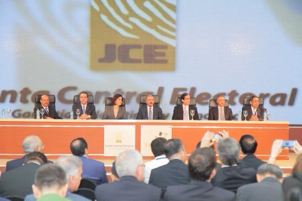 Observadores electorales se reúnen con candidatos presidenciales