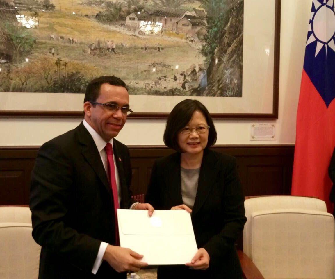 NAVARRO ENTREGA LA CARTA DE INVITACION A LA PRESIDENTA DE TAIWAN