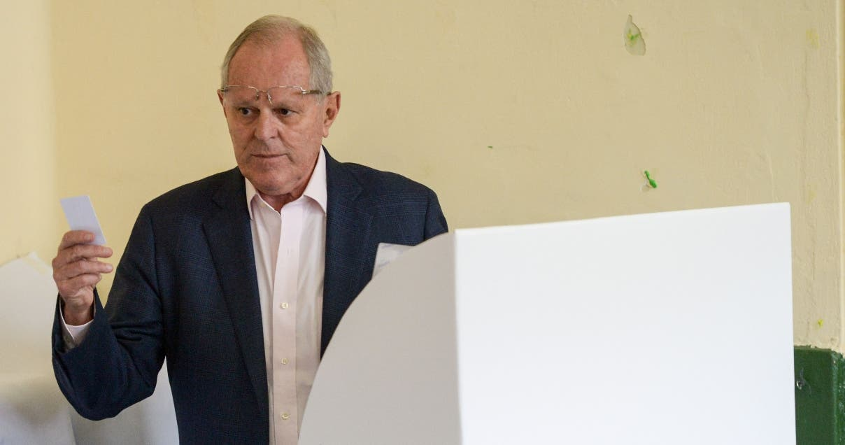 """The presidential candidate of the """"Peruanos por el Kambio"""" party Pedro Pablo Kuczynski --an ex-prime minister and Wall Street banker who is second in last polls-- casts his vote at a polling station in Lima on June 5, 2016. Peruvians voted Sunday in a close-fought election on whether Keiko Fujimori, the daughter of an ex-president jailed for crimes against humanity, will be their new leader. / AFP / MARTIN BERNETTI"""