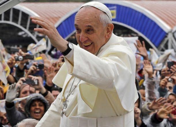 El papa Francisco saluda a los peregrinos a su llegada a la Basílica de Nuestra Señora de Aparecida papa en Brasil el 24 de julio del 2013. El papa bendijo la bandera olímpica, con lo que se sumó a una larga lista de pontífices que han manifestado interés en el papel positivo que el deporte puede desempeñar en la sociedad (AP Foto/Enric Marti)