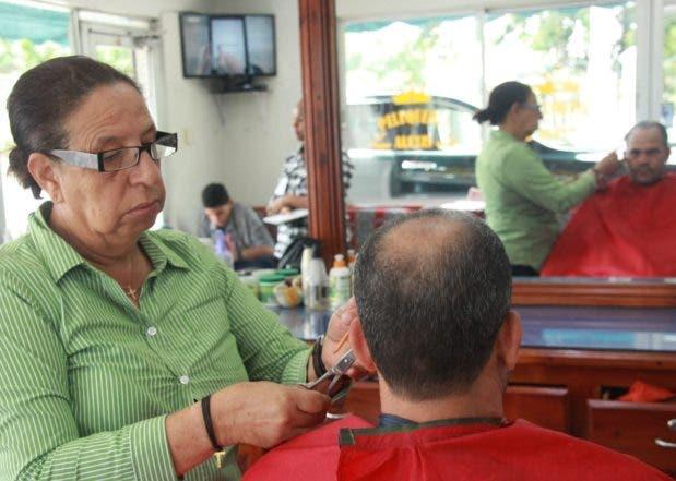 Ràmona Duràn se gana la vida como peluquera en el Ensaches Ozama. Foto: Elieser Tapia.