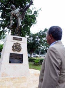 JEl exlanzador Juan Marichal observa la escultura desvelizada ayer en su honor en la parte frontal del estadio que lleva su nombre.