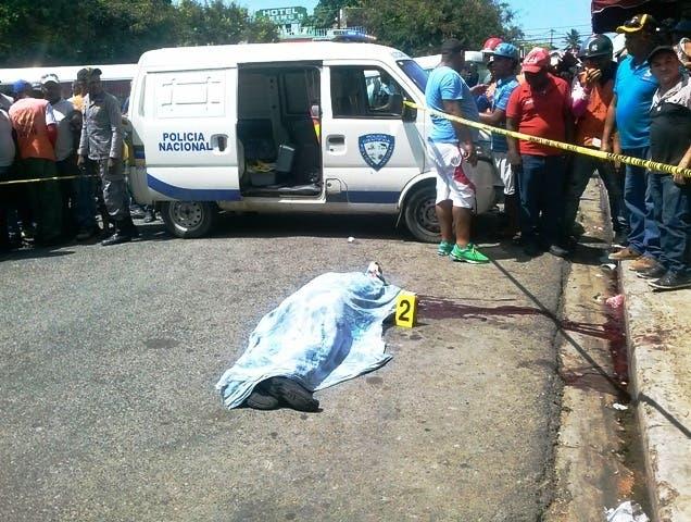 Hombre le dispara a su mujer en terminal de autobuses y luego se suicida