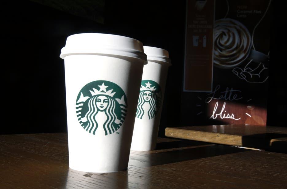 """Un juez de EEUU permite demandar a Starbucks por """"llenar a medias"""" los cafés"""