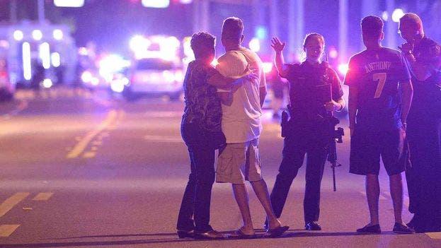 """La comunidad LGBT está """"absolutamente devastada"""" por la matanza en Orlando"""