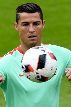 TOPSHOT - Portugal's forward Cristiano Ronaldo plays the ball during a training session at Portugal's base camp in Marcoussis, outskirts of Paris, on July 5, 2016, a day ahead of the Euro 2016 semi-final football match between Portugal and Wales. / AFP / FRANCISCO LEONG