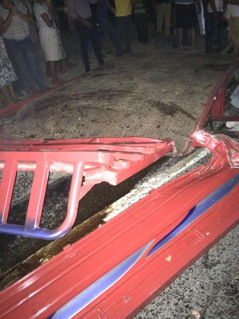 Los religiosos eran conducidos en la parte trasera de este camión cuando chocó de frente con la patana.