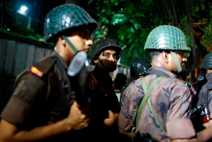 Hombres armados toman rehenes en restaurante de Bangladesh