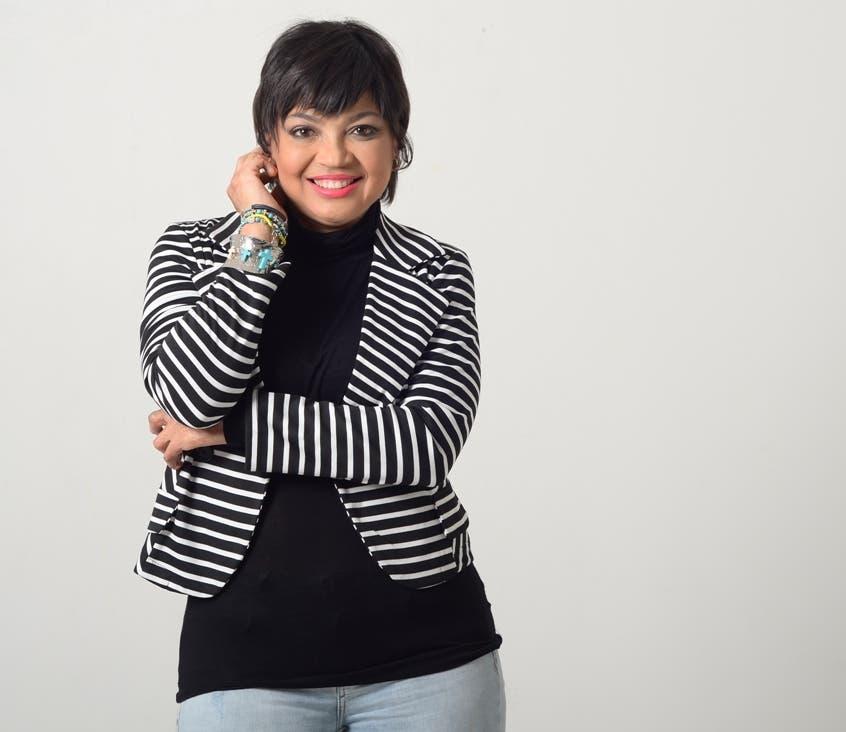 Evelyn Vásquez Jáquez irradia alegría con su presencia y nos invita a celebrar la vida con su canto,