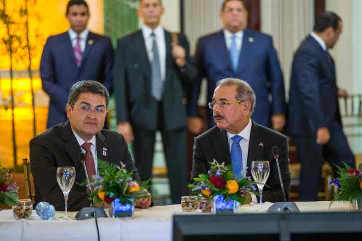 The president of Honduras Juan Orlando Hernandez (L) talks to Dominican President Danilo Medina during a meeting at the National Palace in Santo Domingo, on July 11, 2016.  / AFP / afp / Erika Santelices
