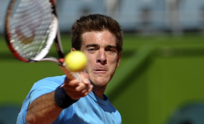Argentina's tennis player Juan Martin Del Potro returns the ball during a training session in Buenos Aires on September 17, 2008. Russia will face Argentina on September 19 to 21 for the semifinals of the Davis Cup 2008. AFP PHOTO / JUAN MABROMATA