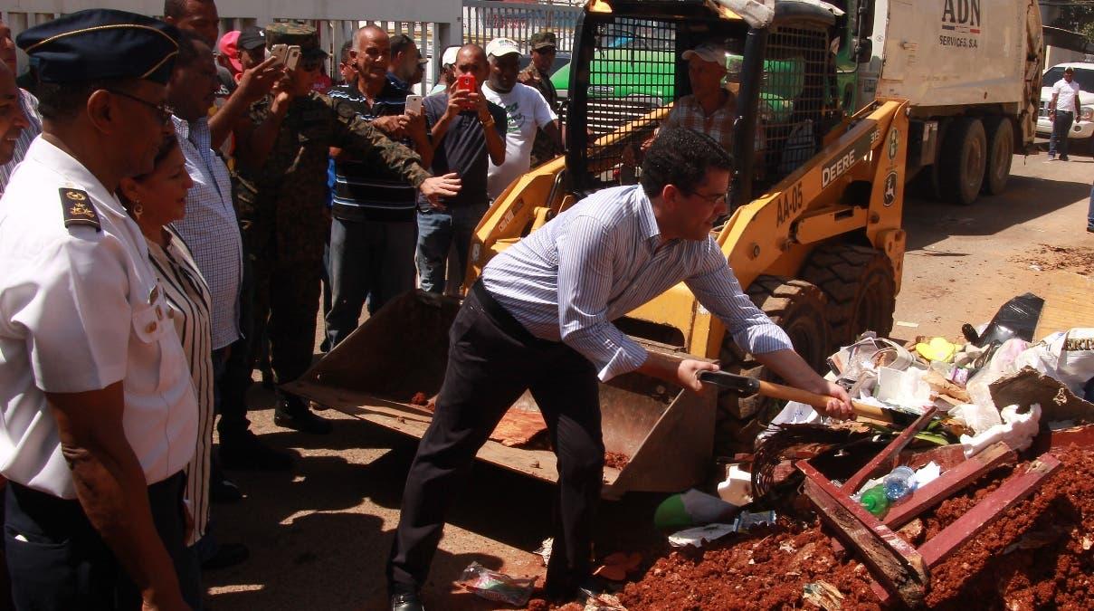 Alcalde del Distrito Nacional, David Collado encabeza operativo de limpieza en la Circunscripción 3. Foto: Elieser Tapia.