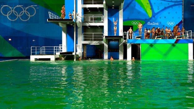 Río 2016: el agua en la piscina de clavados se tiñó de verde y los organizadores no saben por qué